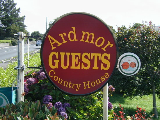 Ardmor Country House Spiddal: B & B sign on the roadway