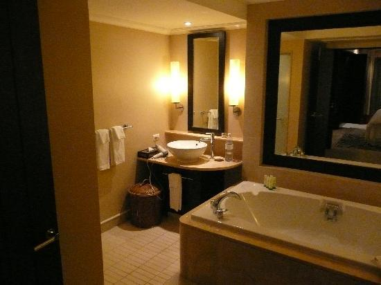 Marriott's Mai Khao Beach - Phuket : Master bedroom bathroom