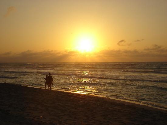 Hotel Club Tropical: magnifique couché de soleil tous les soirs sur la mer