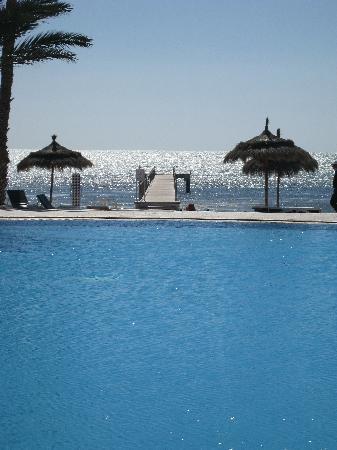 El Mouradi Djerba Menzel: Piscine avec vue sur mer