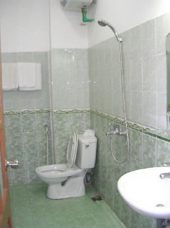 Quang Hiep Hotel: salle de douche