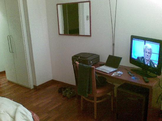 Hotel La Cascata: scrivania e tv