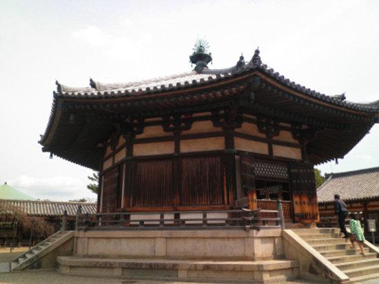 Horyuji Temple: 美しい輪郭の夢殿