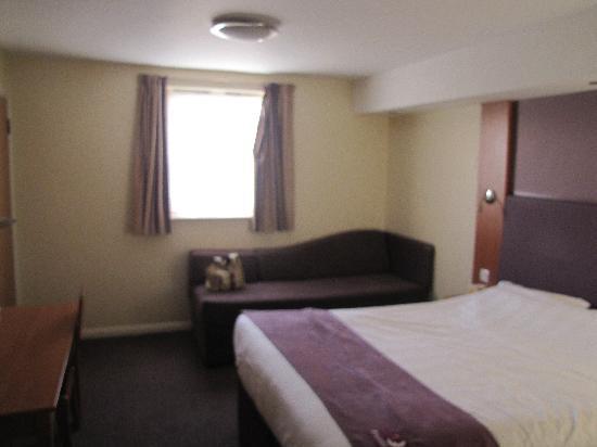 Premier Inn Skipton North (Gargrave) Hotel: Blurry picture of a typical Premier Inn room.