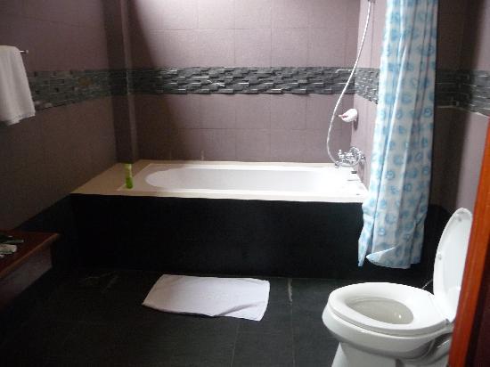 Senesothxeun Hotel: la salle de bain