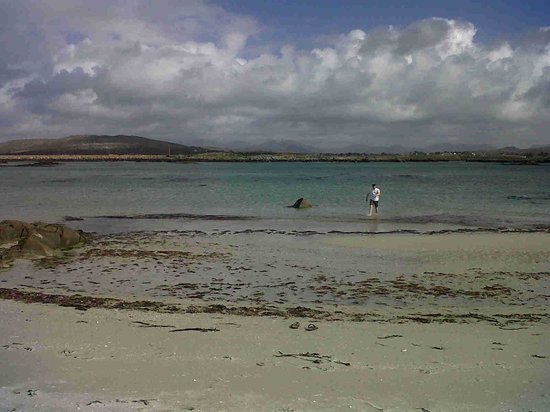 Carna Bay Hotel: One of many beaches (this was April !)