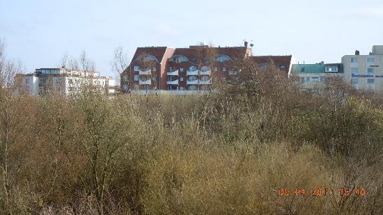 Hotel Deichgraf Cuxhaven: Sicht auf das Hotel vom Deich aus