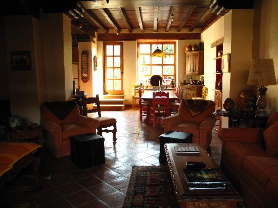Villa Victoria: Beautifully decorated dining room and shared space.