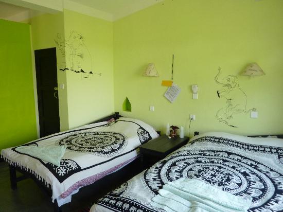 Sapana Village Lodge: een frisse en ruimte kamer, badkamer met regendouche