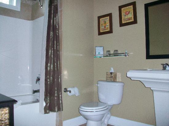 Water's Edge Inn: Clean, spacious bathroom