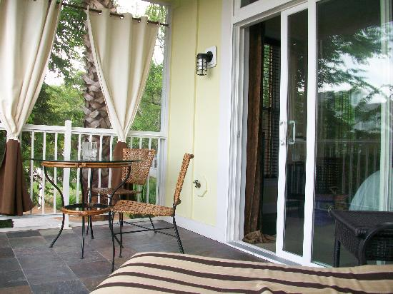 Water's Edge Inn: Nice screened-in porch