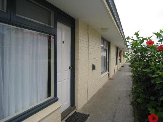 Ace Motor Inn: Motel Corridor 1