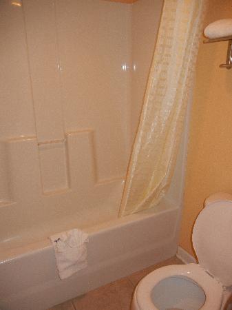 The Midtown Inn by FairBridge: Clean bathroom