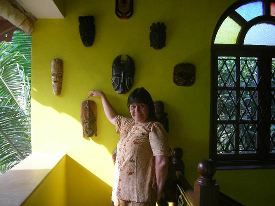 ستين جلاس كوتيدج: stainglass and wall decorations