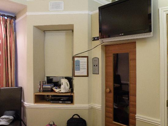 Roxford Lodge Hotel: Rm 104 TV, Sauna and Tea Fixings