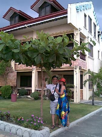 Suzuki Beach Hotel: ホテル中庭、友人夫婦