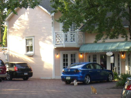 Sweetwater Branch Inn: フロントの有る建物