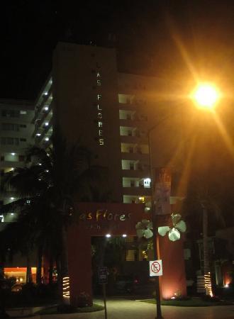 Las Flores Beach Resort: Las Flores at night.