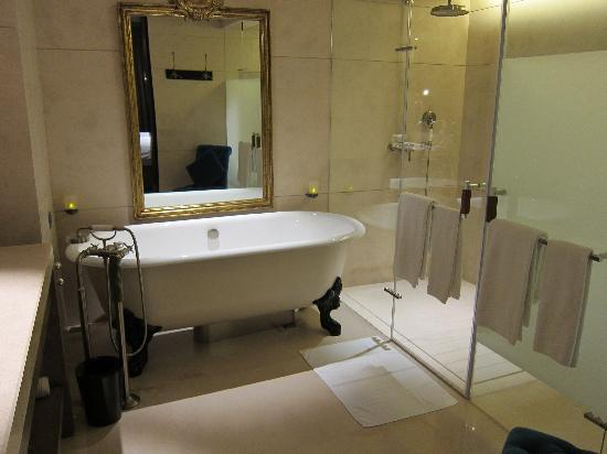 Palais de Chine Hotel: Luxury bathroom