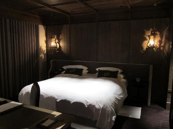 Palais de Chine Hotel: Bedroom part of the suite