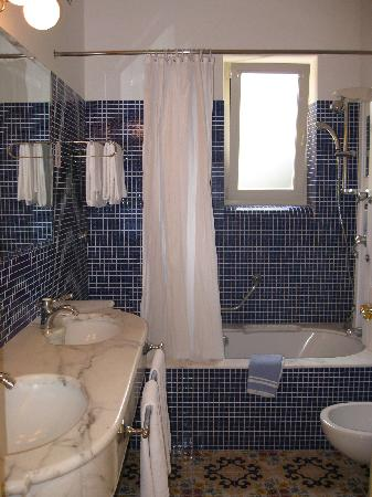 Antiche Mura Hotel: Gleaming tiled bathroom