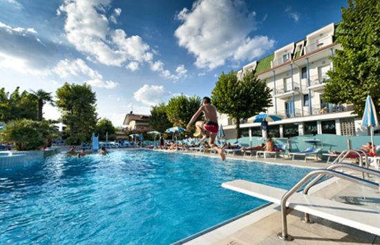 I Tuffi Nella Piscina Semi Olimpionica Dives In Swimming Pool Photo De Hotel Paris Resort