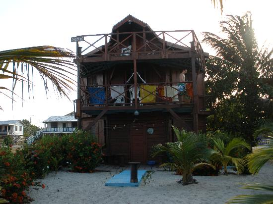 Colibri House: Front view of house