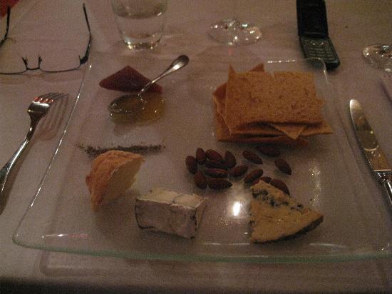 Syrah Bistro: Delightful cheese platter