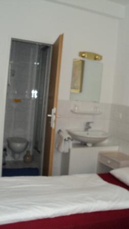 Hotel Münchner Kindl: bagno in camera