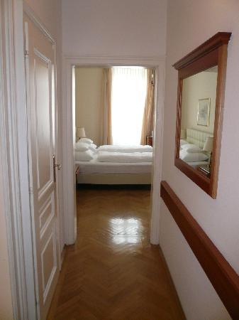 Hotel Schwalbe: Ansicht Durchgang ins Zimmer