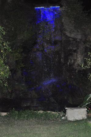 Pousada Oceanomare: Cascata iluminada...E muda de cor... Linda