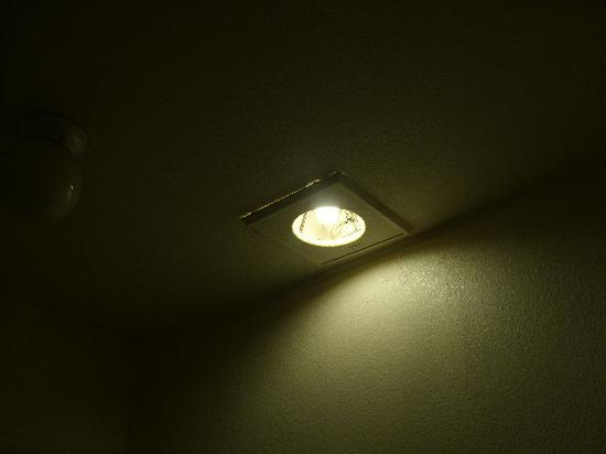 Duarte Inn : Exposed bulb (and wires you can't see in pic) in bathroom fixture