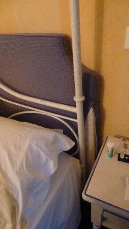 Hotel 29 Lepic: Tête de lit déchirée, pas très classe