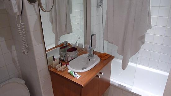 Hotel 29 Lepic: Lavabo et salle de bain minuscule