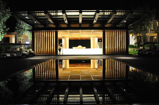 Renaissance Phuket Resort & Spa: Entrance at night