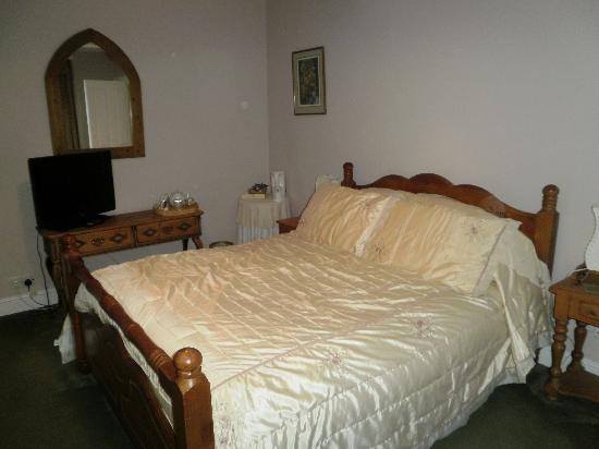 Knapwell, UK : Our large,comfortable, bedroom, Joan's room.