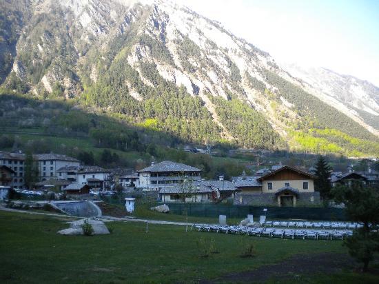 Pre-Saint-Didier, Ιταλία: Esterno - vasca idromassaggio e cascatella