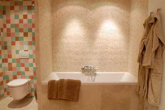 Prince Henry, Private Suites and Gardens: Executive garden Suite - Bathroom