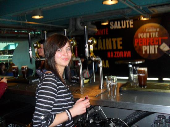 Temple Bar Hotel: rachel learning to pour her own pint at guiness storehouse