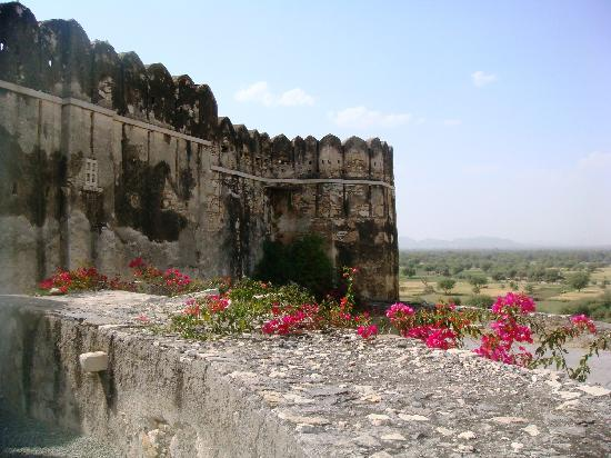 Sardargarh Heritage Hotel: Outer fort wall