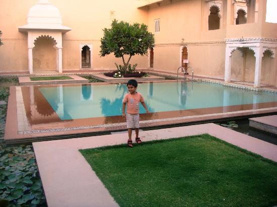 Sardargarh Heritage Hotel: pool area