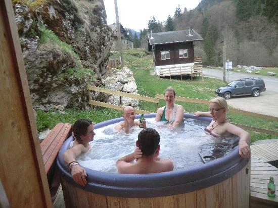 More Mountain - La Cabine : socialising in the hot tub