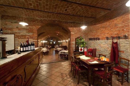 Neive, Ιταλία: L'ingresso con il bancone per la mescita dei vini fini di Langa.