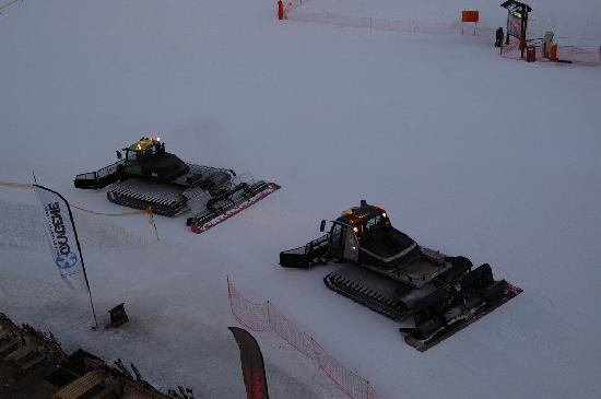 Chalet Hotel Christina : Piste-bashers drive right past the hotel after sunset