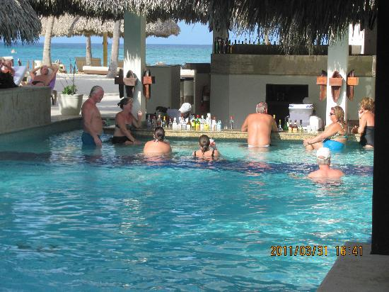 Paradisus Punta Cana Resort: Royal Service private pool/bar