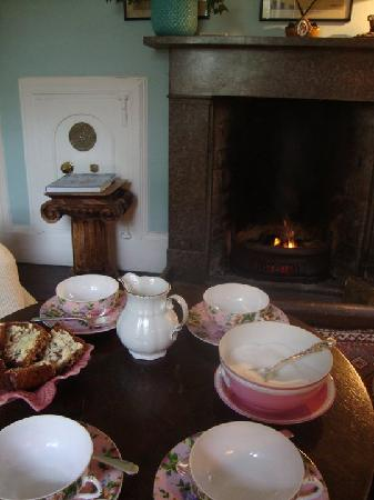 Frewin House : Tea in the library