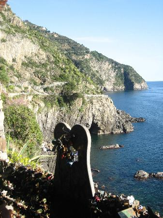 "Cinque Terre, Italien: Via dell'Amore: ""Pathway of Love"" statue"