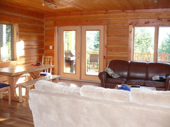 Mount 7 Lodges: living room