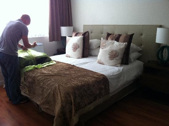 New Kings Hotel: Huge comfortable bed