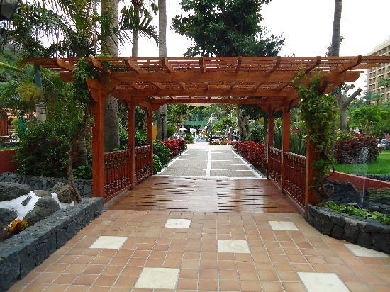 Bahia Principe San Felipe: Walkway to pool area/gardens